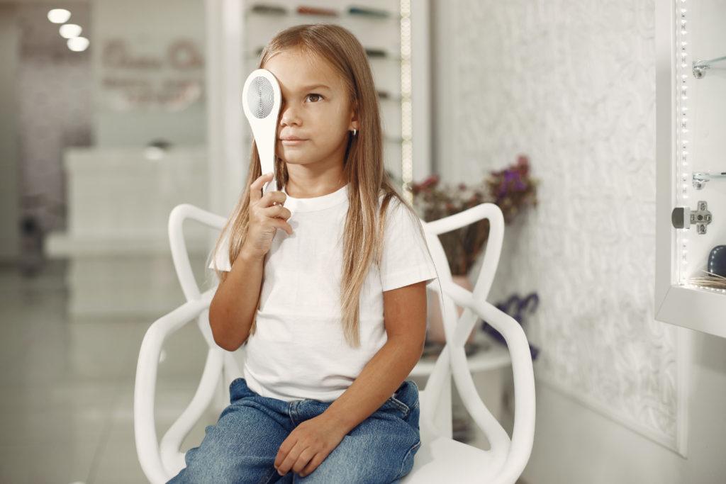 Enfant qui fait un test de la vue