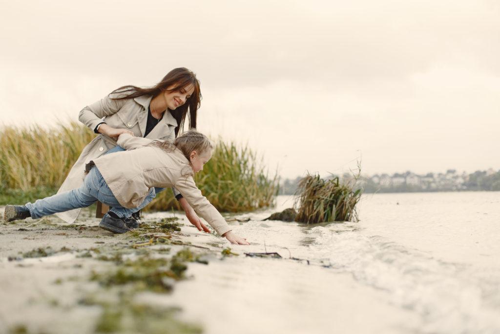 Une maman et sa fille sur des rochers