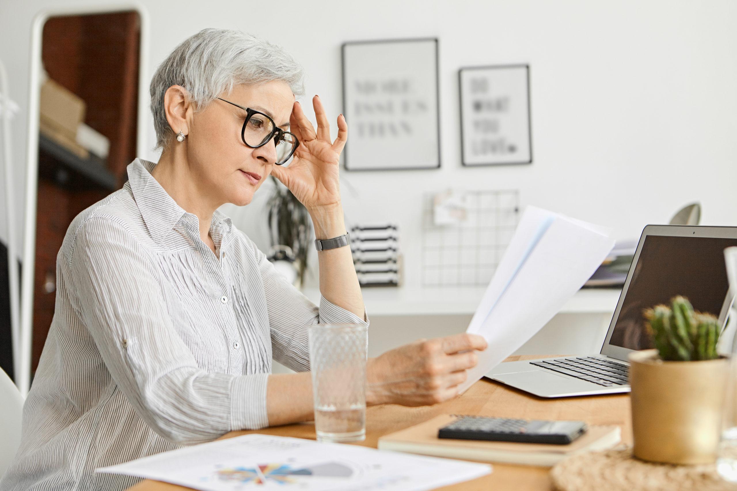 Femme d'une cinquantaine d'année entrain de lire