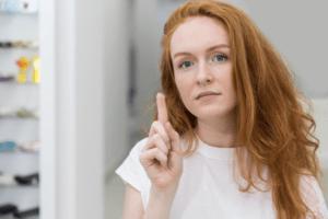 photo d'une femme avec une lentille sur le doigt