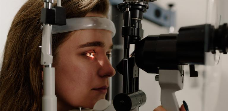 photo d'une femme chez l'ophtalmologue