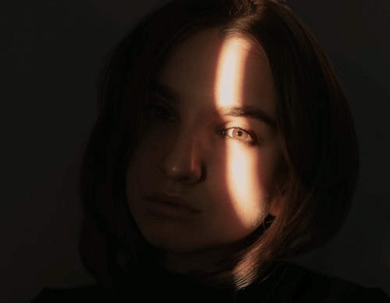 Photo d'une femme avec un rayon de soleil sur l'oeil droit