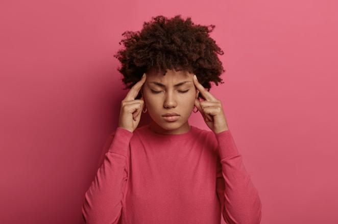 photo d'une jeune femme ayant des maux de tête