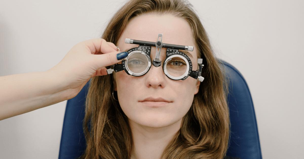 Photo d'une personne essayant des lunettes pour verifier sa vue