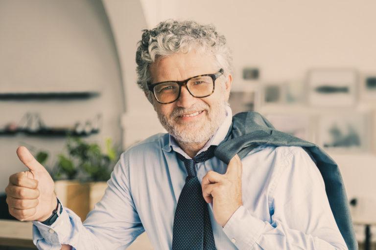 Photo d'un homme heureux avec des lunettes
