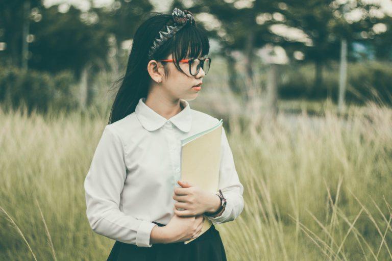 Photo d'une jeune fille regardant à l'horizon