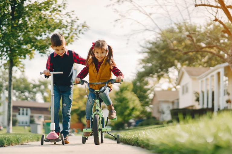 photo de deux enfant jouant dehors