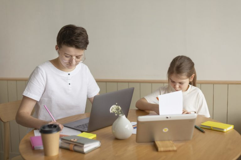 Photo de deux enfants entrain de faire leur devoir