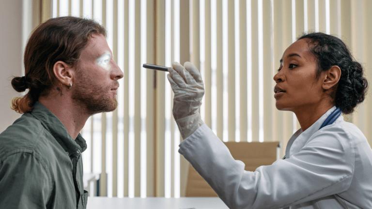 photo d'un ophtalmologue avec son patient
