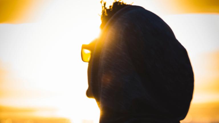 Photo d'une personne regardant l'horizon