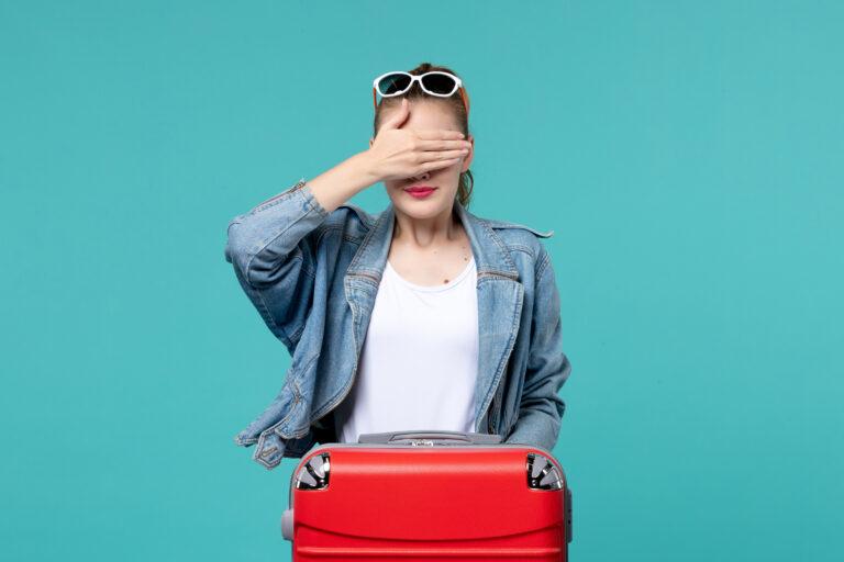 Photo d'une femme qui se cache les yeux