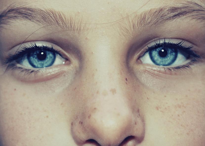 photo d'une jeunne fille prise de pres, avec focus sur ses yeux et son nez