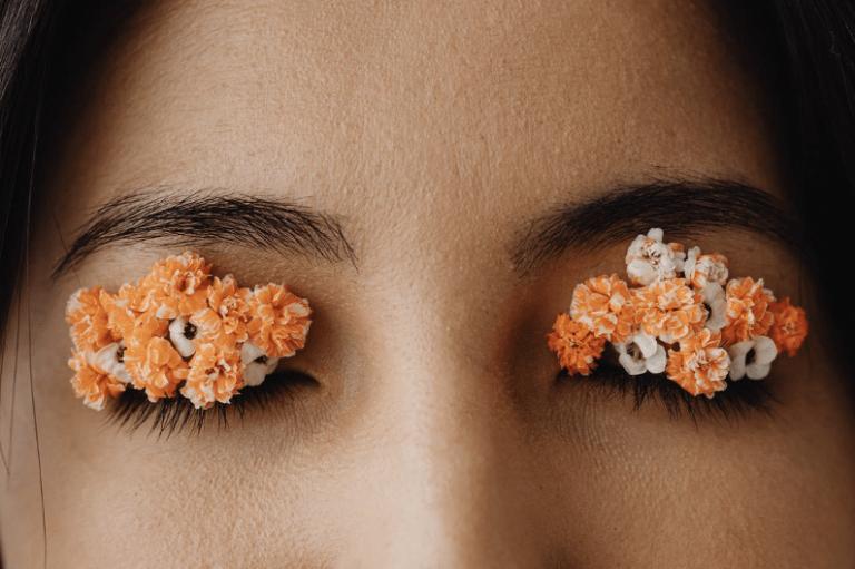 image d'une femme avec des fleurs sur les yeux