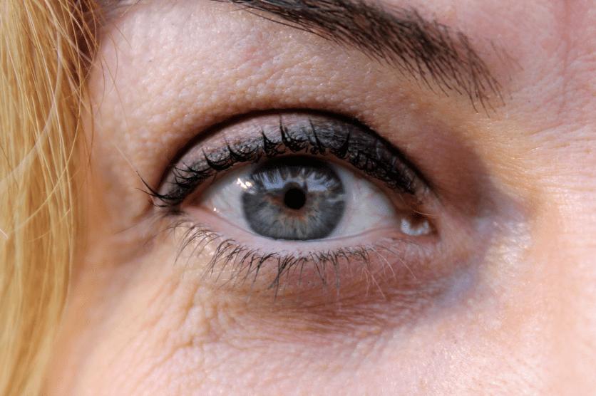 photo zoomer sur l'oeil d'une femme