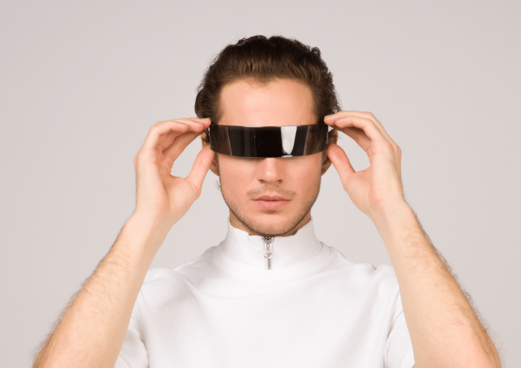 Homme qui se met sur les yeux des lunettes futuristes
